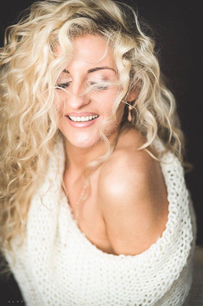 Merginos portretas asmeninė fotosesija blonde boudoir erotinė fotosesija eyes closed girl glamour long hair mergina namuose natural light natūrali šviesa sensual white woman  RANDOM.LT
