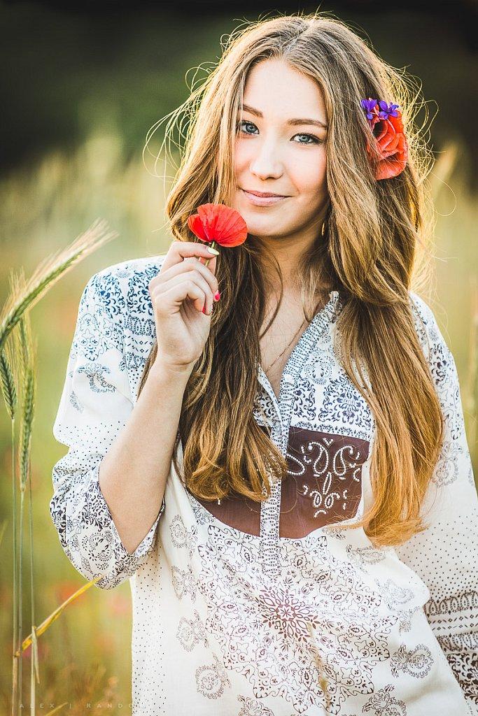 aguonos asmeninė fotosesija balta blonde girl ilgi plaukai jauki justina budaitė long hair meadow mergina natural light natūrali šviesa pieva saulėlydis šilta sunset white  RANDOM.LT